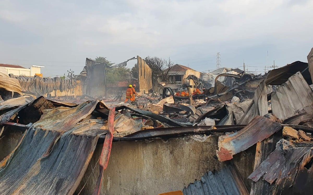 Butuh 5 Jam Memadamkan Kebakaran Gudang Palet Ini - JPNN.com