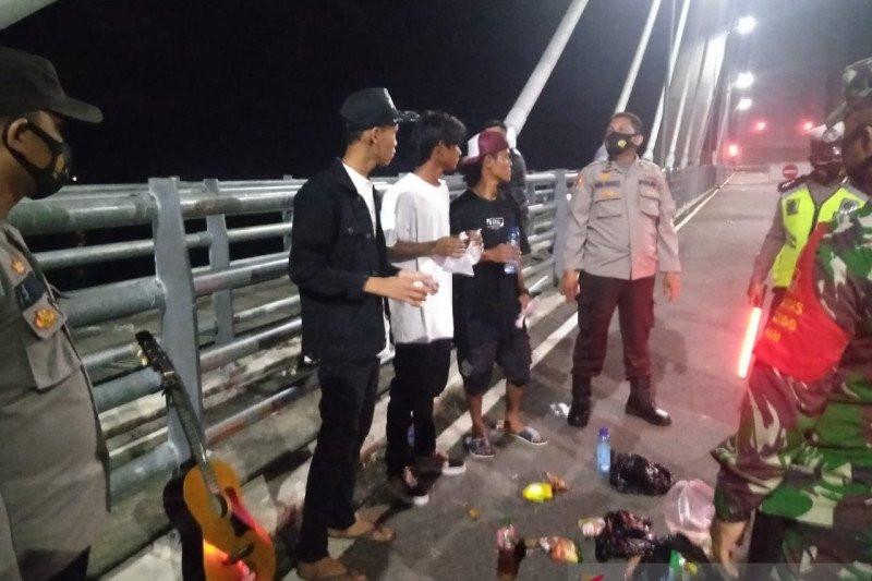Para Pemuda Ini Tak Berkutik Didatangi TNI-Polri, Lihat Ekspresi Mereka - JPNN.com