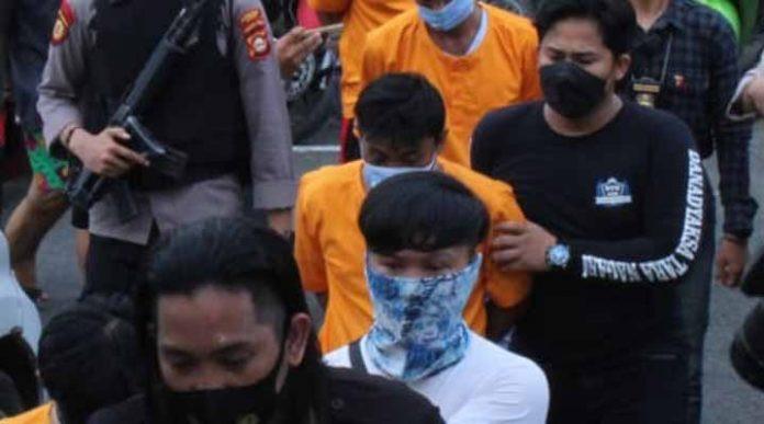 Rumah Wendi Digerebek Polisi, 9 Pria dan 1 Wanita Tepergok Tengah Berbuat Terlarang, Tuh Lihat - JPNN.com