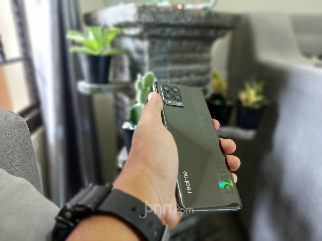 Review Realme 8 : Ponsel Menengah dengan Kinerja Menjanjikan - JPNN.com