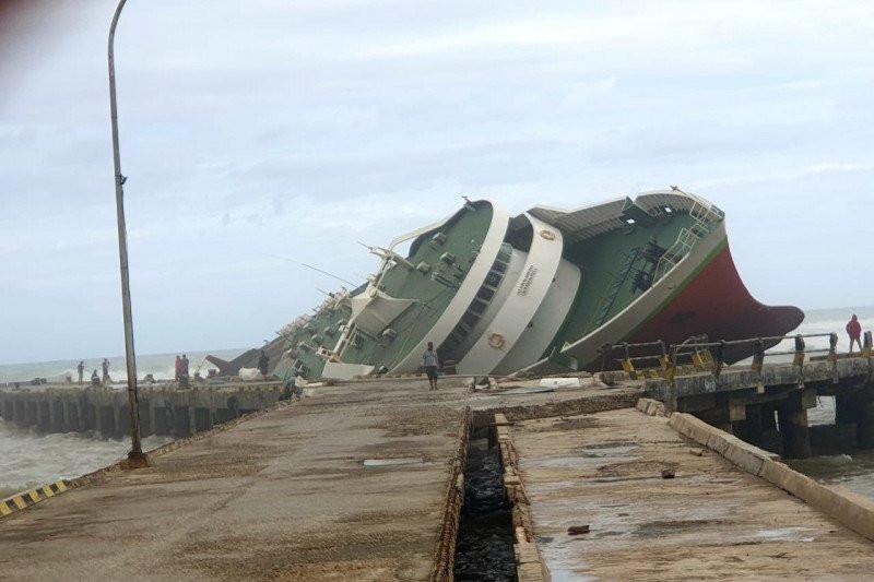 Dihantam Gelombang dan Badai Siklon Tropis Seroja, Sejumlah Kapal Rusak dan Karam - JPNN.com