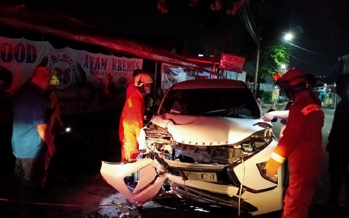 Sopir Hilang Kendali, Mobil Xpander Tabrak Pohon, Lihat Nih Kondisinya - JPNN.com