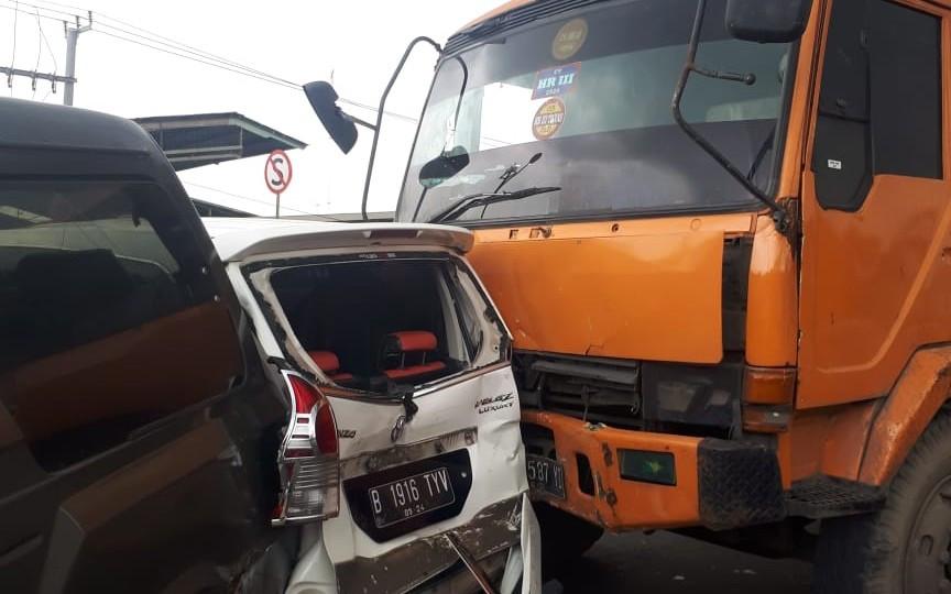 Rem Blong, Truk Kontainer Meluncur di Flyover Cipendawa, Empat Mobil Ringsek - JPNN.com