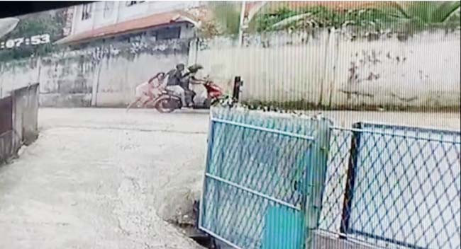 2 Jambret Beraksi, Korban Ditendang, Diinjak, dan Terseret Motor Pelaku, Terekam CCTV - JPNN.com