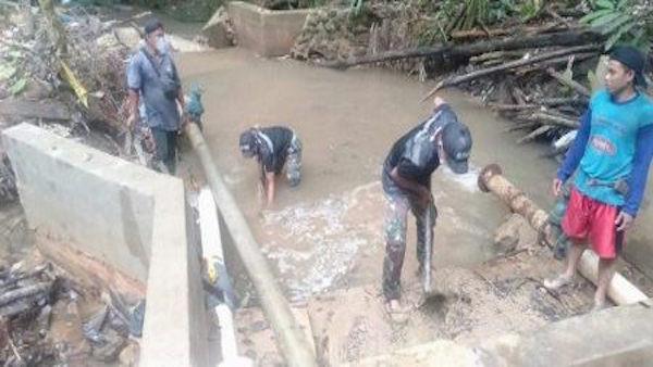 Satgas Pamtas Yonif 642/Kapuas Bersama Warga Bersihkan Bendungan yang Tersumbat - JPNN.com