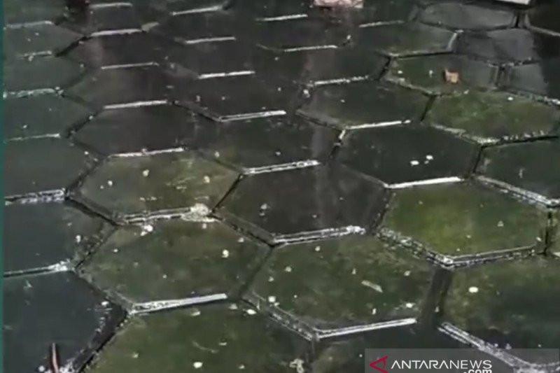 Hujan Es Terjadi di Bekasi - JPNN.com