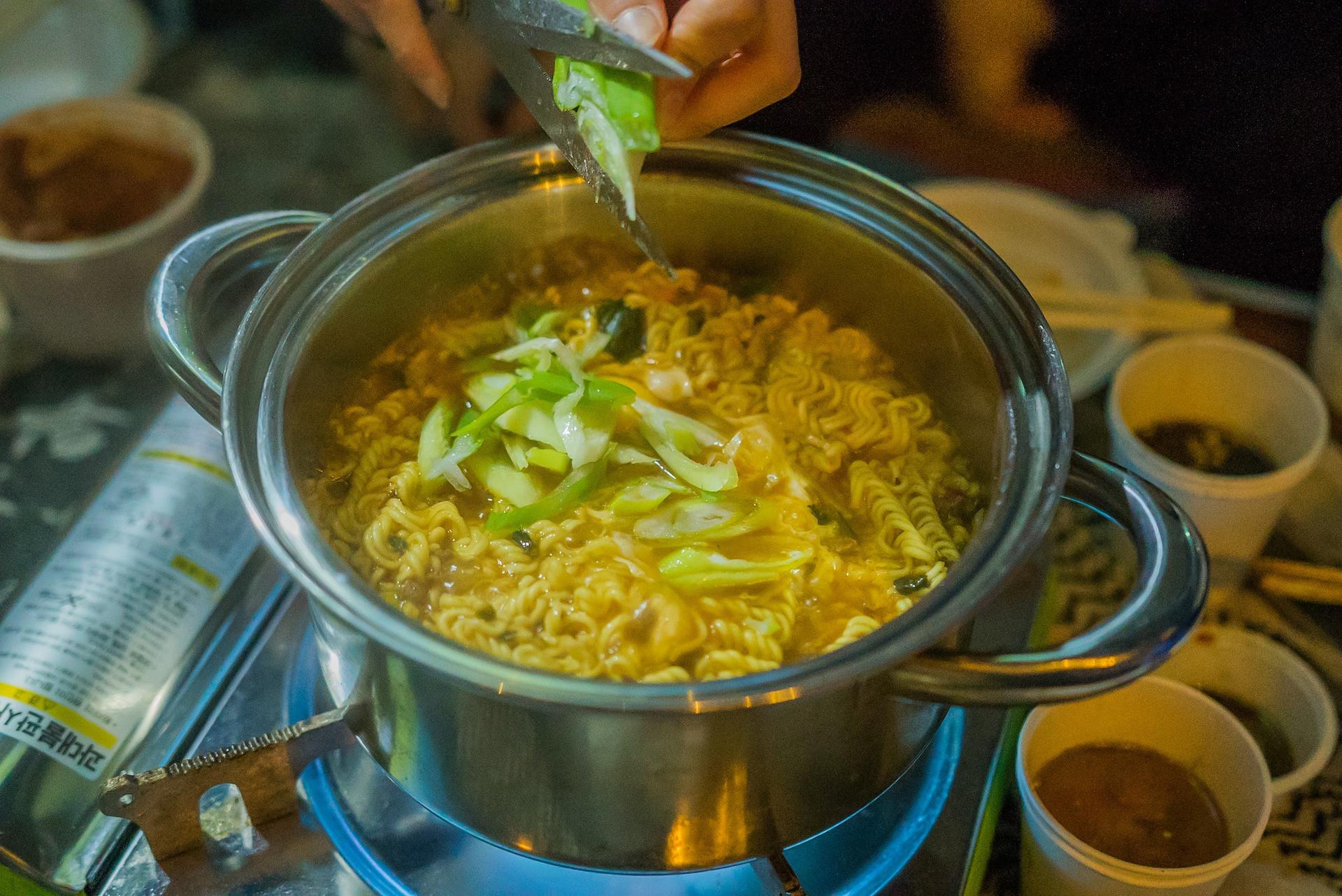 Benarkah Kerap Makan Mi Instan Sebabkan Tumor Jinak di Payudara? - JPNN.com