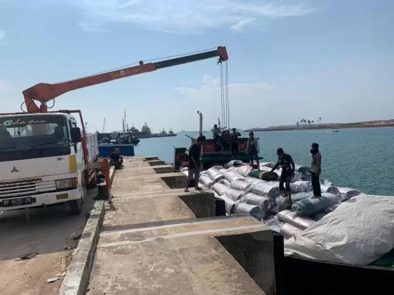 Tim Gabungan Bea Cukai Menggagalkan Penyelundupan 585 Roll Karpet Ilegal - JPNN.com