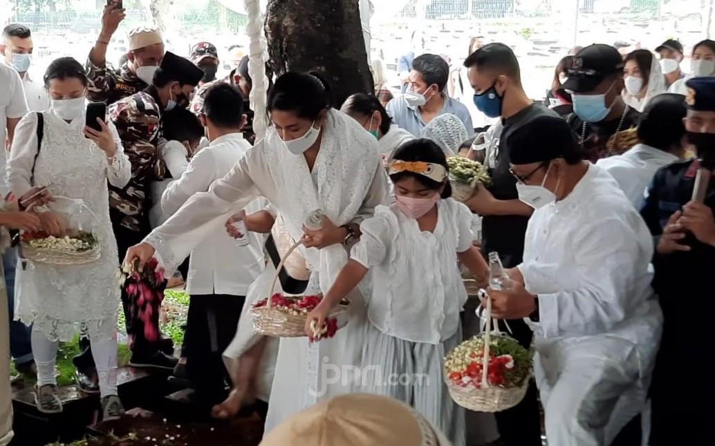 Berbusana Putih, Dian Sastrowardoyo Hadiri Pemakaman Ayah Mertuanya - JPNN.com