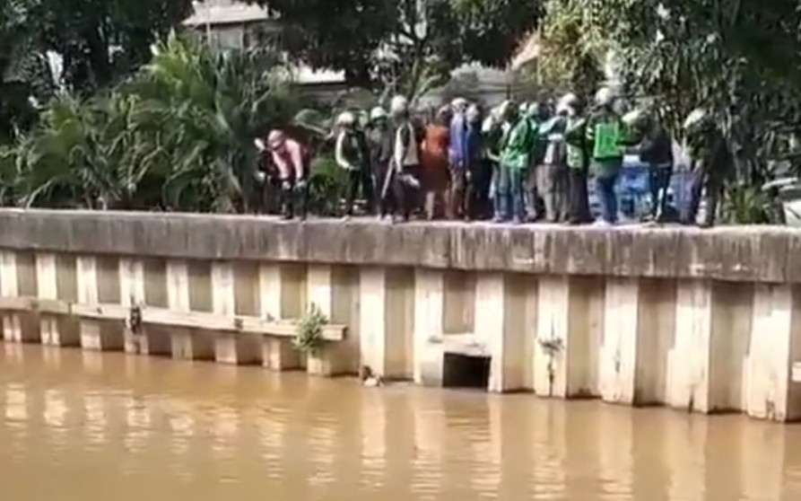 Pria Diduga Debt Collector Ceburkan Diri ke Sungai Ciliwung Ternyata Korban, Ya Ampun - JPNN.com