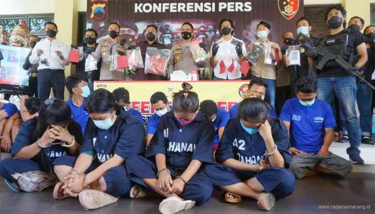 Lihat, 10 Perampok Toko Emas Tertunduk di Depan Pria Bersenjata, Salah Satunya Lagi Hamil Muda - JPNN.com