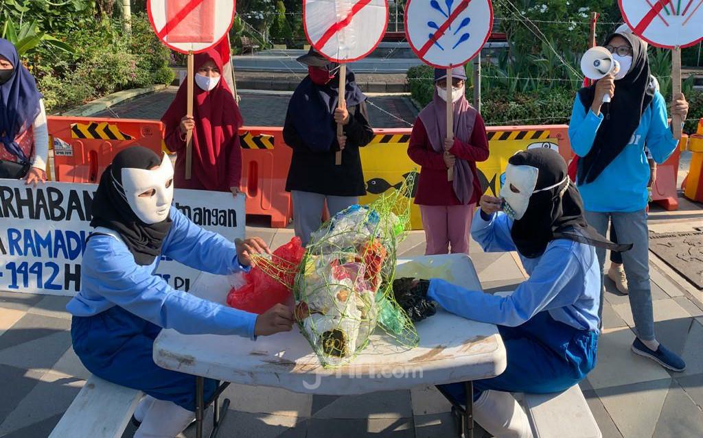 Peringati Hari Bumi, Aktivis Lingkungan Aksi Makan Sampah Plastik - JPNN.com