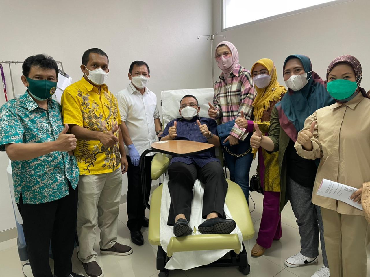 Anggota DPR RI Menerima Suntikan Sel Deindritik Vaksin Nusantara di RSPAD - JPNN.com