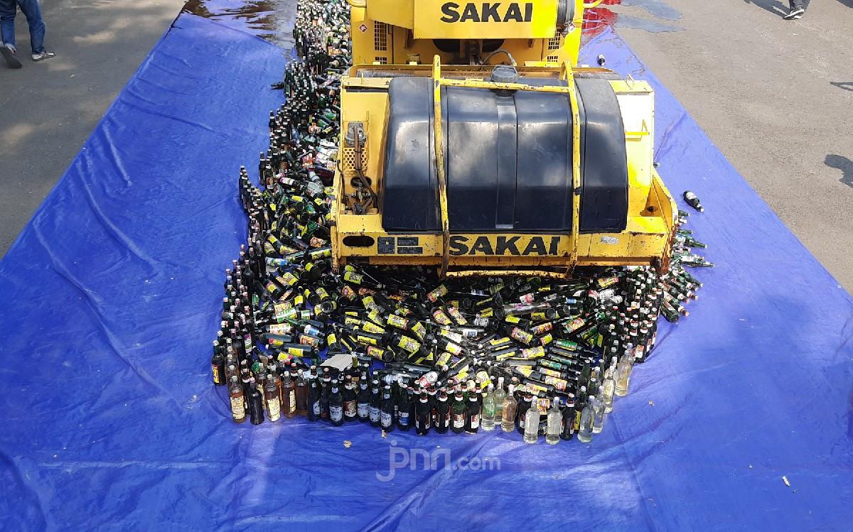 Lihat, Belasan Ribu Botol Miras Hasil Razia Dimusnahkan - JPNN.com