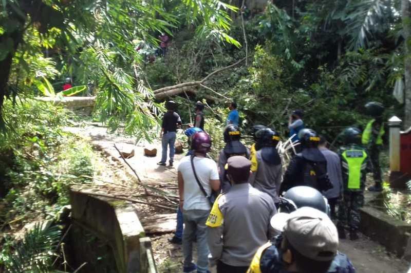 Desa Wadas Purworejo Mencekam, Warga Bentrok dengan Polisi, Batu Beterbangan - JPNN.com