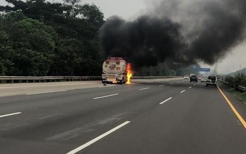 Truk Pertamina Terbakar, Hindari Tol Jagorawi Arah Bogor - JPNN.com