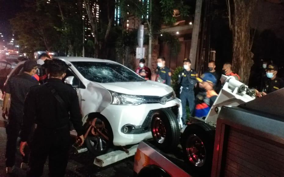 Seruduk Tiga Pengendara Motor, Pengemudi Avanza Bonyok Diamuk Warga, Mobil Ringsek Dirusak - JPNN.com