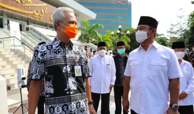 Pak Ganjar Beri 2.000 Bantuan untuk Warga Kota Semarang - JPNN.com
