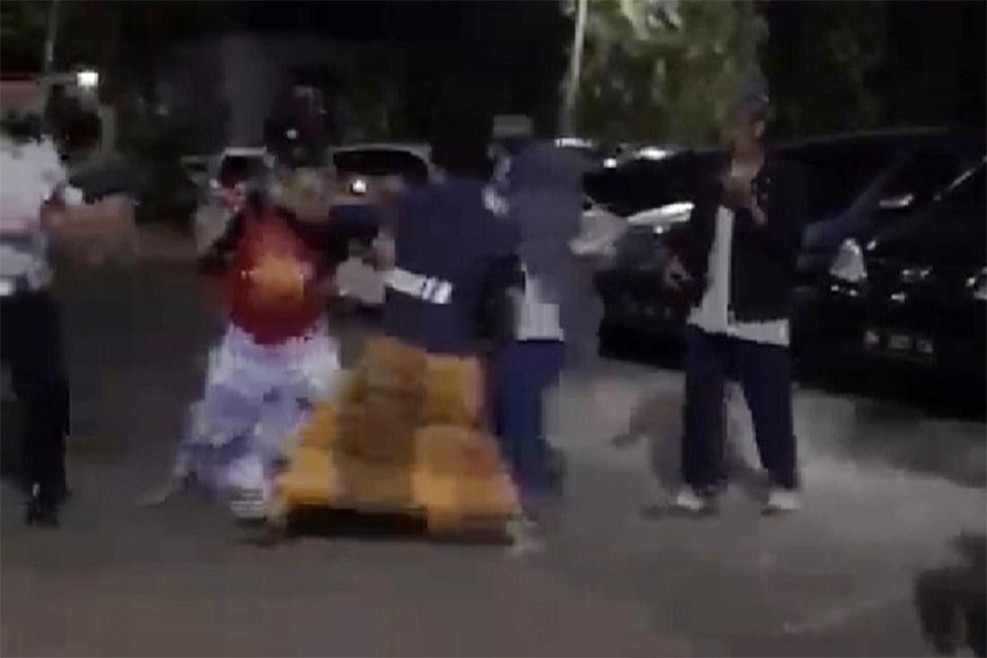 2 Pria Bersarung Bertarung di Pelataran Masjid, Perempuan Berjilbab Datang - JPNN.com