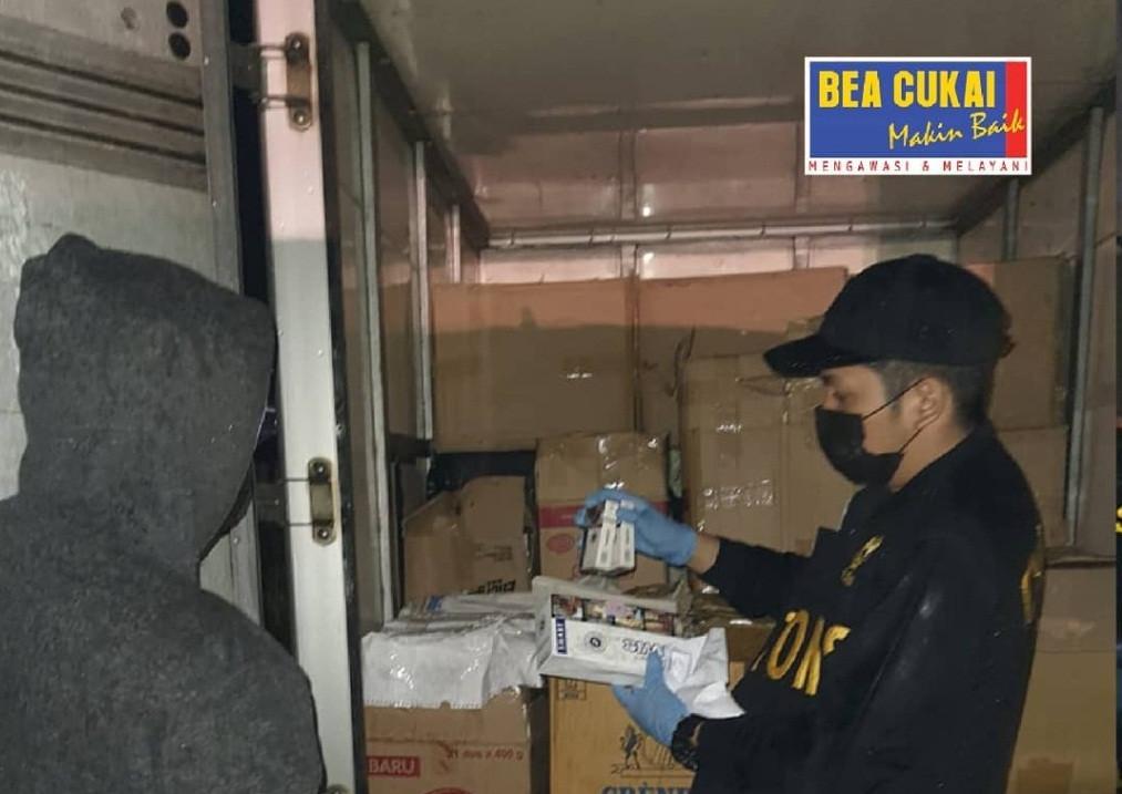 Lagi, Bea Cukai Sita Ratusan Ribu Batang Rokok Ilegal - JPNN.com