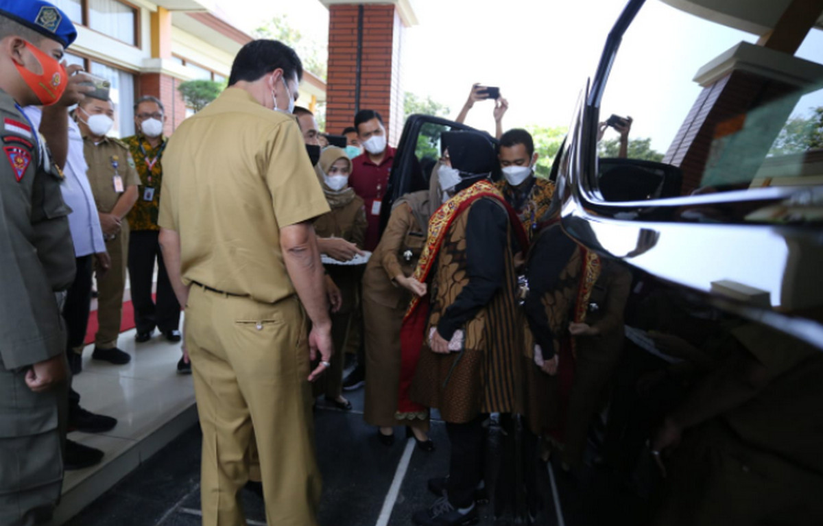Mensos Kunjungi Keluarga I Komang Wira Natha dan Serahkan Sejumlah Bantuan - JPNN.com