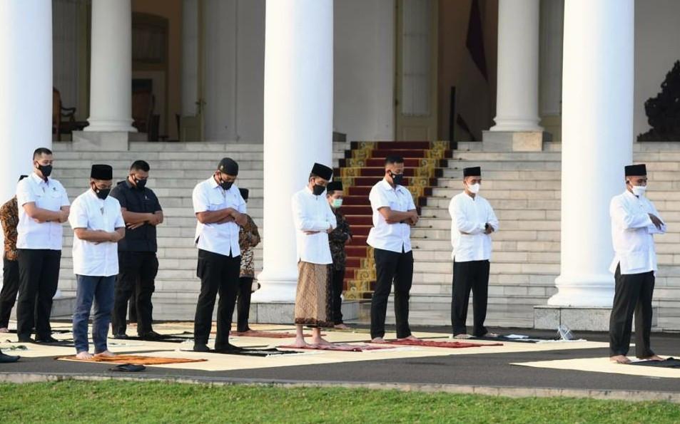 Tak Ada Anak Maupun Cucu yang Menemani Jokowi Salat Id di Istana - JPNN.com