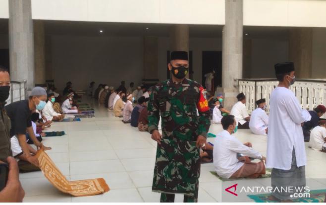 Salat Id di Masjid Dijaga Ketat Pasukan TNI, Semuanya Jaga Jarak - JPNN.com
