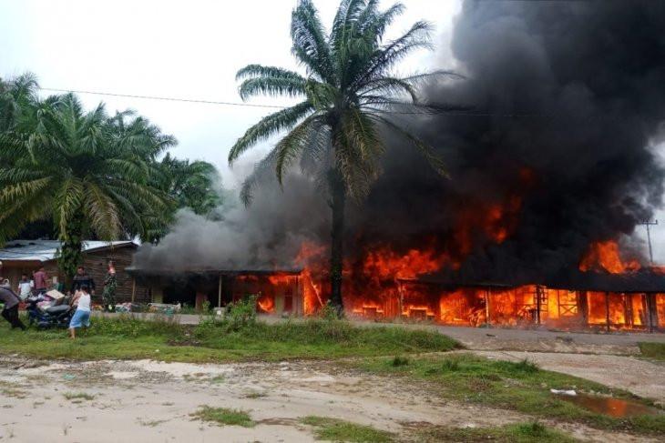 Korsleting Listrik, 4 Unit Bangunan di Belitang Hulu Ludes Terbakar - JPNN.com