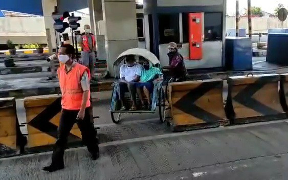 Cerita Pemudik Kayuh Becak Masuk Tol Surabaya-Gresik - JPNN.com