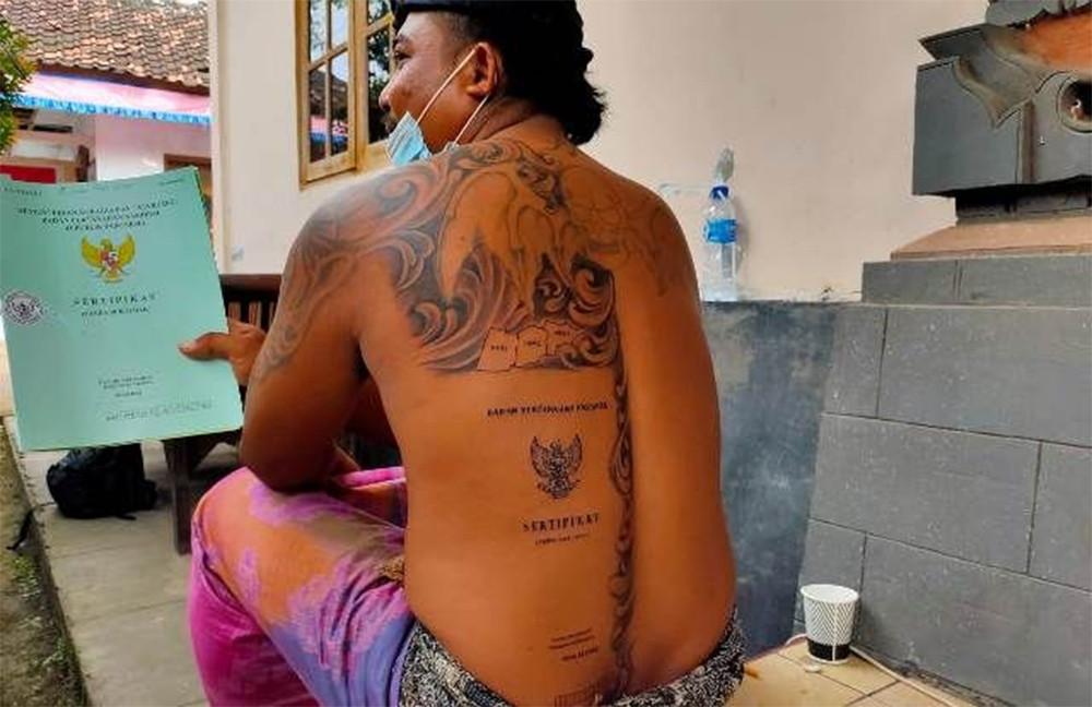 Saking Senang, Agus Sampai Bikin Tato Sertifikat Tanah di Punggungnya - JPNN.com