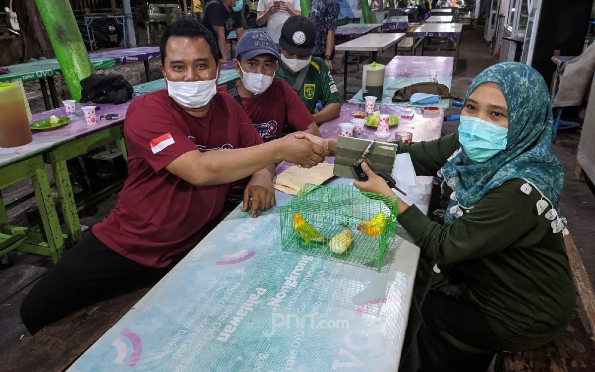 Bikin Geleng-geleng, Pria Asal Lamongan Tukar Mobil Ratusan Juta dengan Sepasang Love Bird - JPNN.com