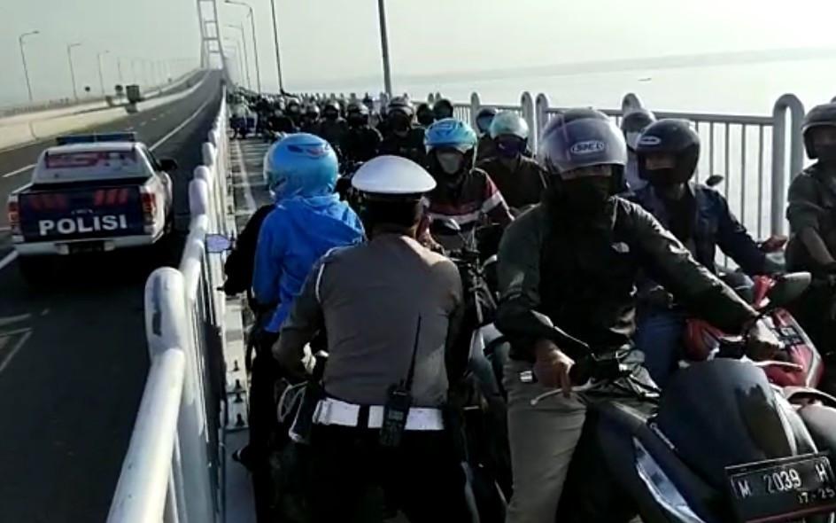 Gigihnya Pak Polisi Adang Pengendara yang Nekat Putar Balik di Suramadu - JPNN.com Jatim