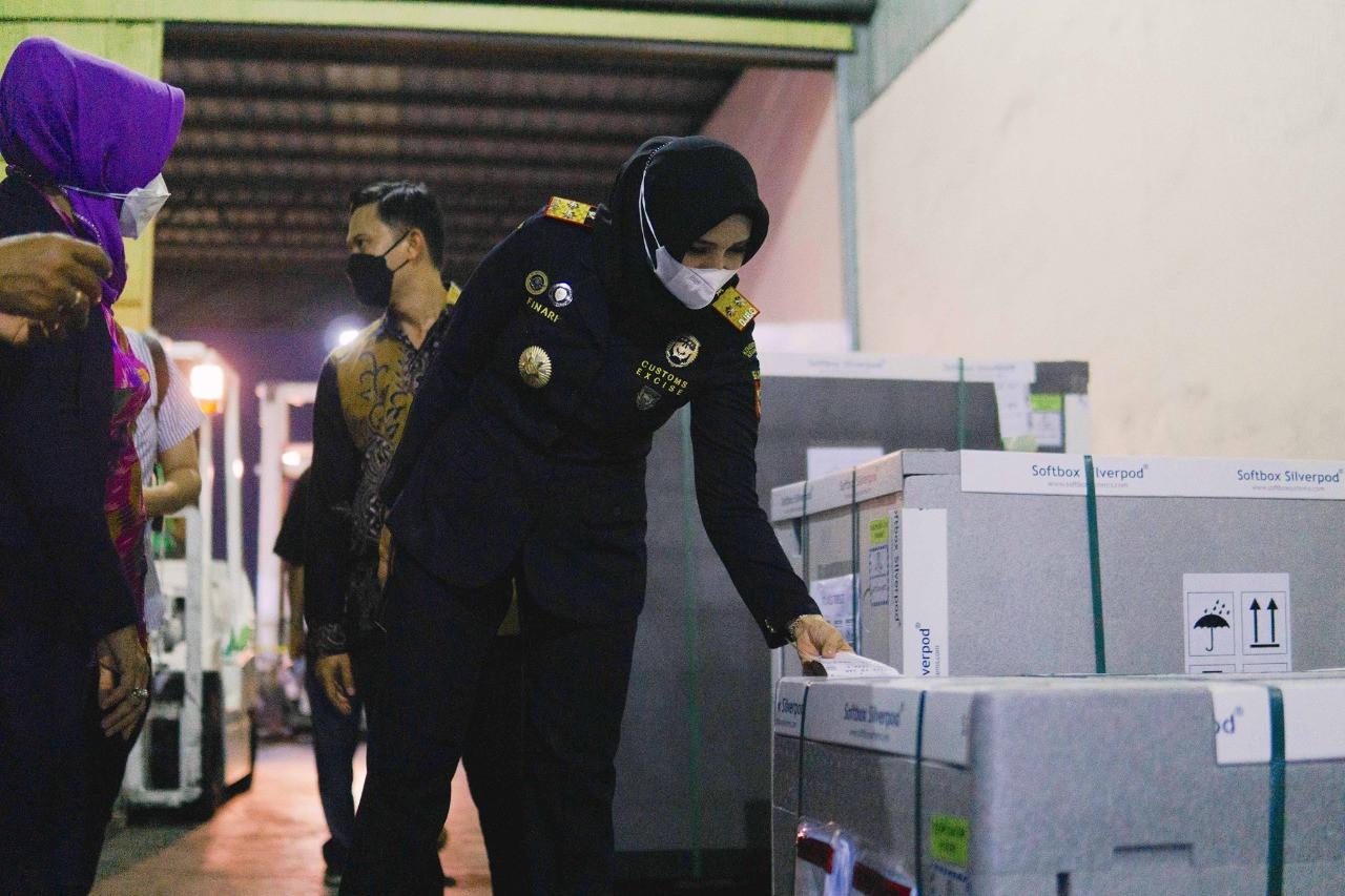Terbitkan Izin Fasilitas Fiskal, Bea Cukai Soekarno Hatta Mempercepat Proses Impor Vaksin - JPNN.com
