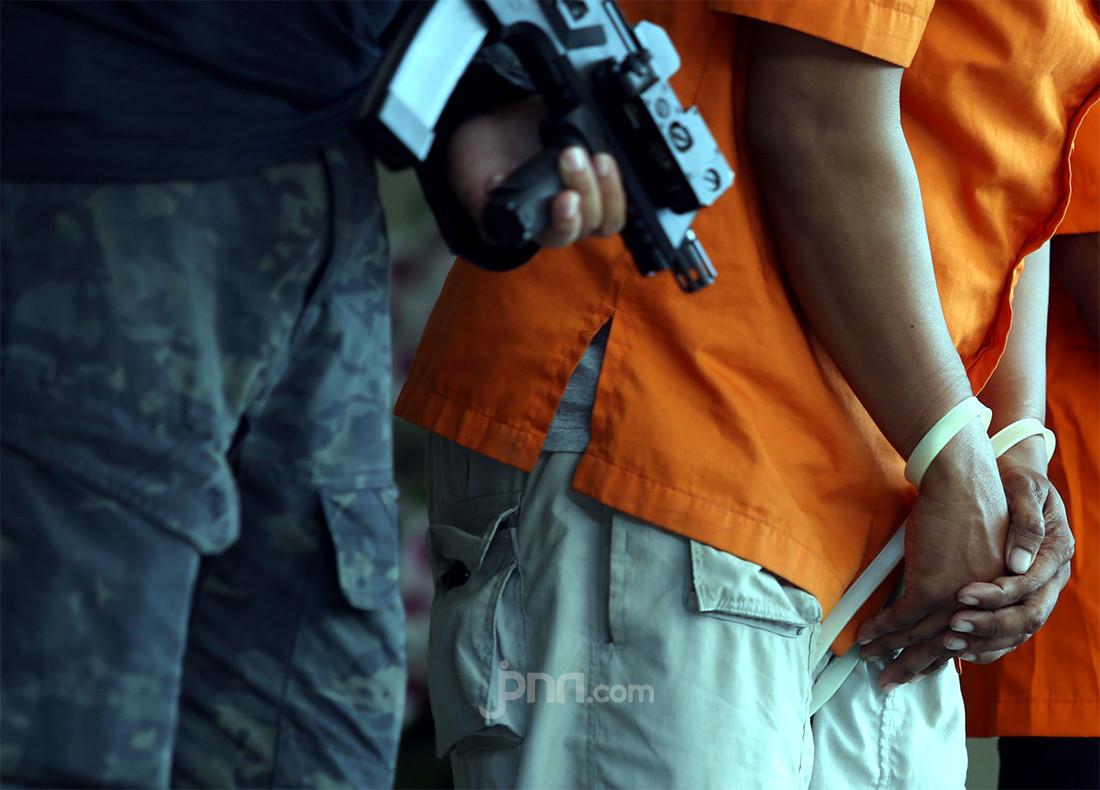 Dor, Dor, Dor, ZAS Tembak Teman dengan Airsoft Gun - JPNN.com