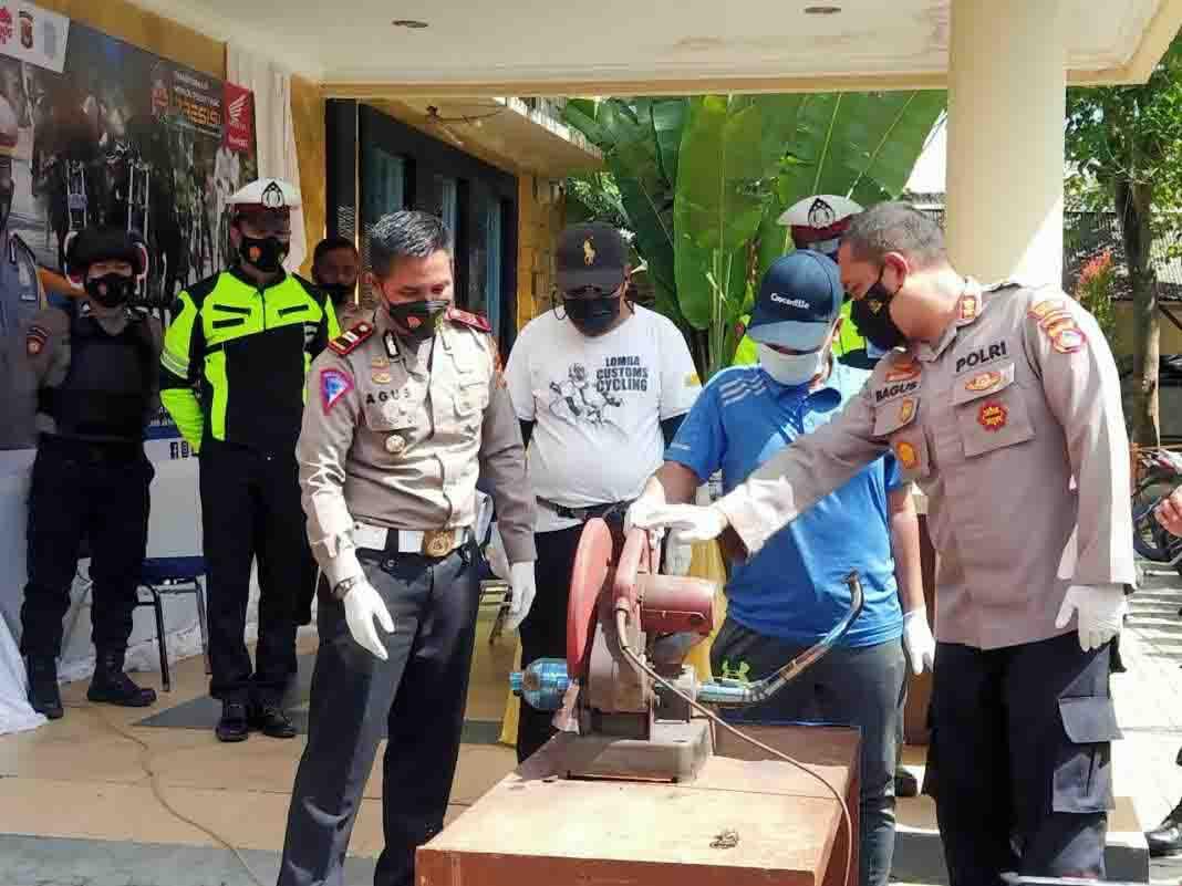 Polres Lombok Barat Gergaji Knalpot Brong dan Motor Pelaku Balap Liar, Lihat Penampakannya - JPNN.com Bali