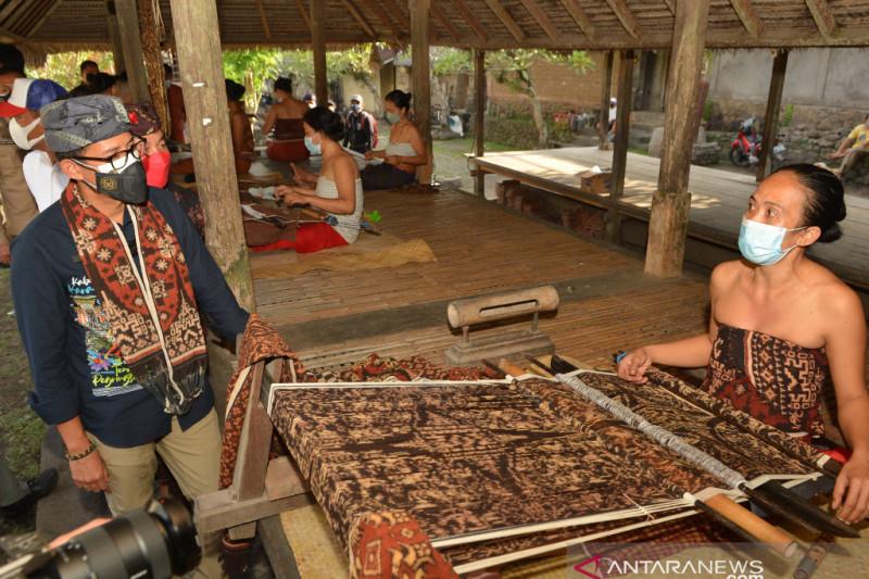 Sandi Borong Kain Tenun Tenganan untuk Hadiah Pemimpin KTT G20, Ini Doanya - JPNN.com Bali
