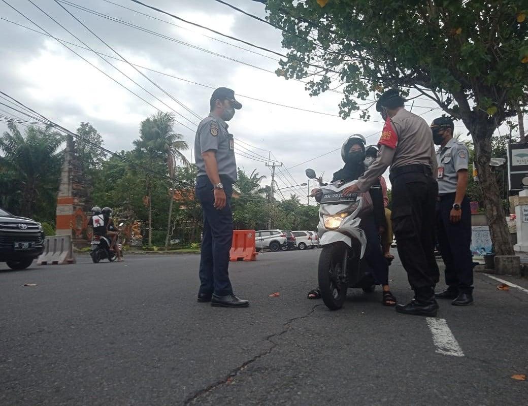 Puluhan Kendaraan Putar Balik di Hari Pertama Pemberlakuan Ganjil Genap, Hhhmmm - JPNN.com Bali