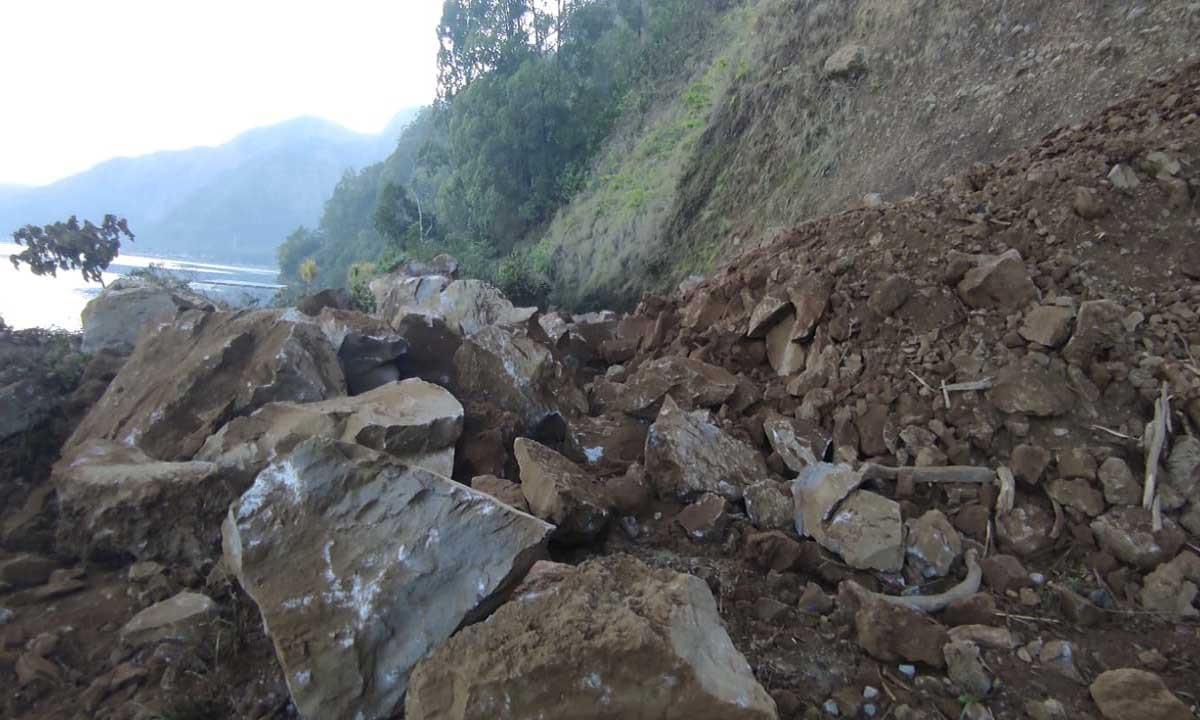 Akses Jalan ke Desa Trunyan Tertutup Longsor Gunung Abang, Tim Gabungan Turun Tangan - JPNN.com Bali