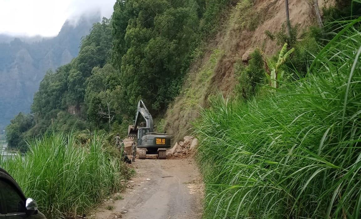 Ini Penampakan Bataliyon Zipur 18/YKR Buka Akses Jalan Desa Trunyan - JPNN.com Bali