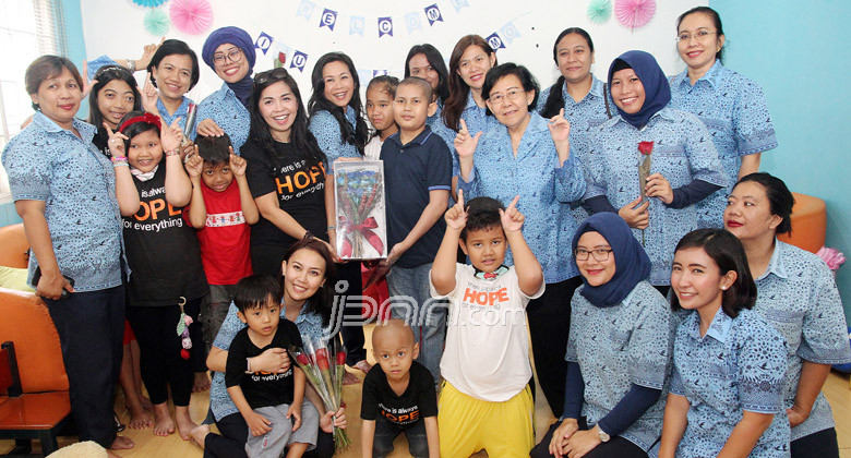 Sambut Hari Kartini, Blue Bird Berbagi dengan Anak-Anak Penderita Kanker - JPNN.COM