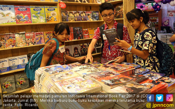 Pelajar Berburu Buku Cerita Di IIBF 2017 - JPNN.COM