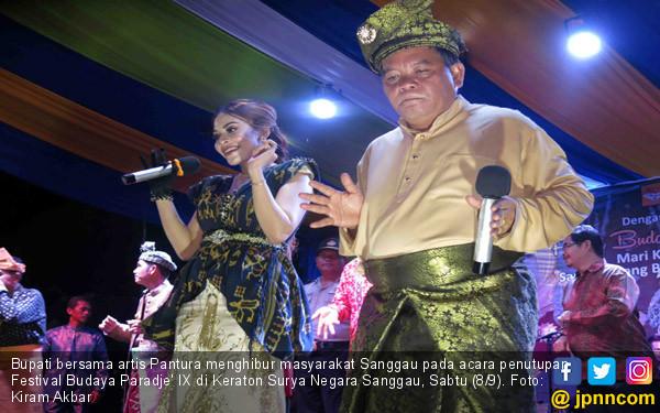 Bupati Sanggau Bersama Artis Pantura - JPNN.COM