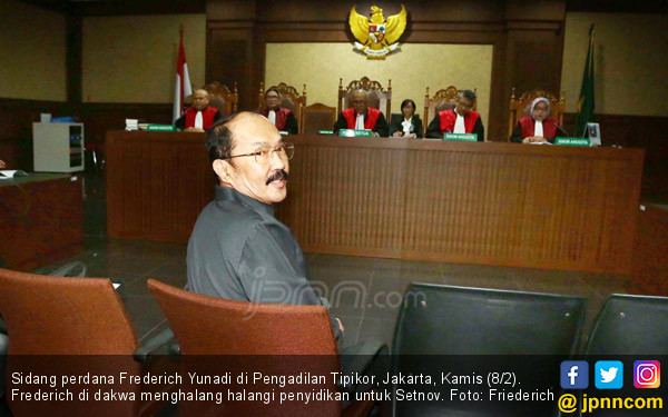 Sidang Perdana Frederich Yunadi - JPNN.COM