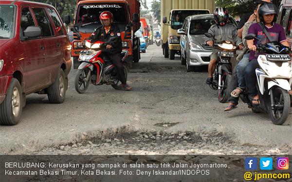 Kondisi Jalan di Bekasi Memprihatinkan - JPNN.COM