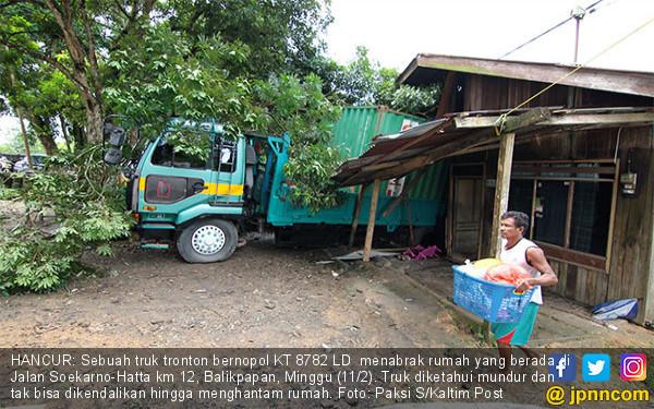 Mundur, Tronton Hantam Rumah Hingga Hancur - JPNN.COM