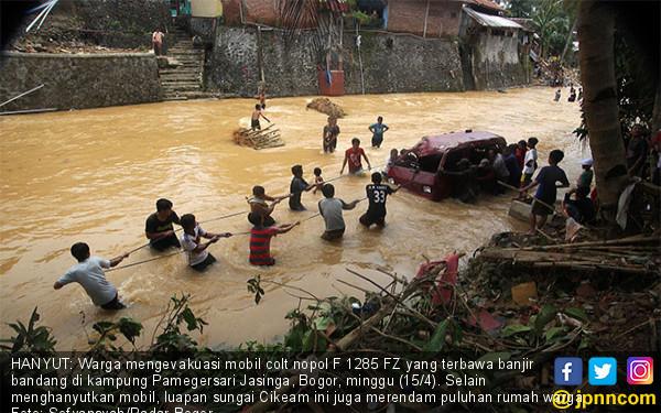 Na'as, Mobil ini Terseret Banjir Bandang - JPNN.COM