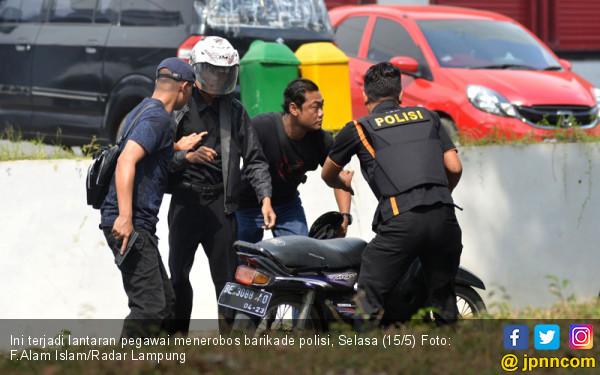 Terobos Barikade Polisi, Karyawan Transmart Diamankan - JPNN.COM
