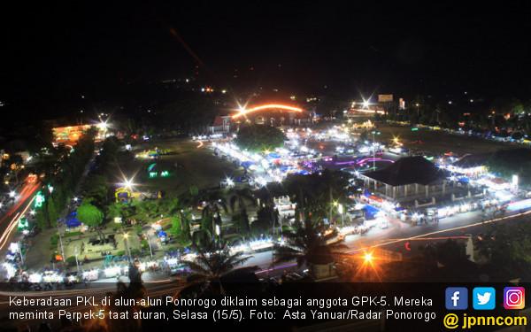 Keberadaan PKL di Alun-Alun Ponorogo - JPNN.COM