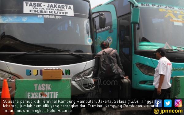H-3 Lebaran, Terminal Kampung Rambutan Dipadati Pemudik - JPNN.COM