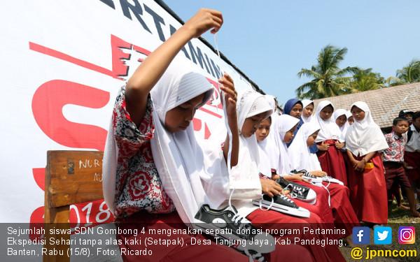 Pertamina Donasi 3.200 Pasang Sepatu untuk Anak Sekolah di Pelosok Banten - JPNN.COM